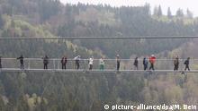 07.05.2017+++ Besucher gehen am 7.5.2017 an der Rappbode-Talsperre bei Rübeland (Sachsen-Anhalt) über die neu eröffnete lange Seilhängebrücke. Die Brücke soll nach Angaben des Betreibers mit 458 Metern die längste Fußgänger-Seilhängebrücke der Welt sein. Foto: Matthias Bein/dpa-Zentralbild/ZB | Verwendung weltweit