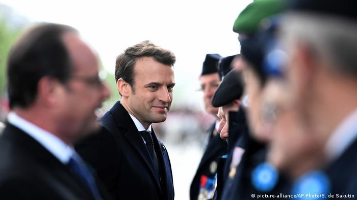Frankreich Hollande und Macron beim Gedenktag in Paris (picture-alliance/AP Photo/S. de Sakutin)