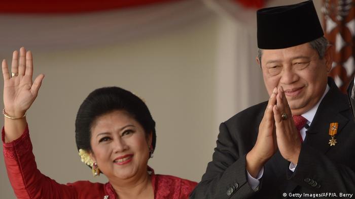 Indonesien Susilo Bambang Yudhoyono mit Ehefrau Ani Yudhoyono (Getty Images/AFP/A. Berry)