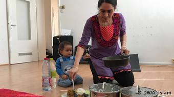 Arnab Goswamis Frau Juthi und Sohn Adrij beim Vorbereiten des Essens