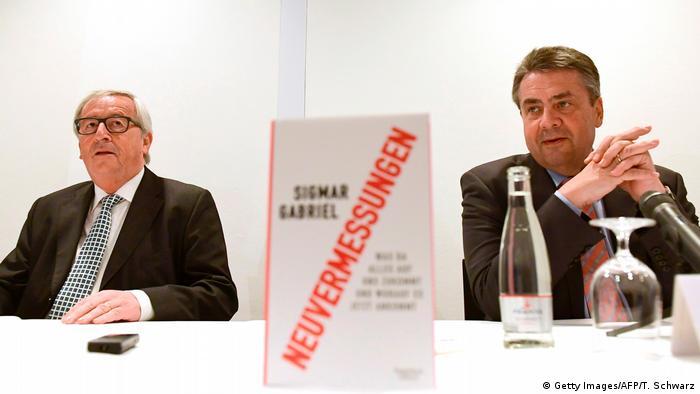 Berlin Juncker und Gabriel bei Buchvorstellung Neuvermessungen (Getty Images/AFP/T. Schwarz)