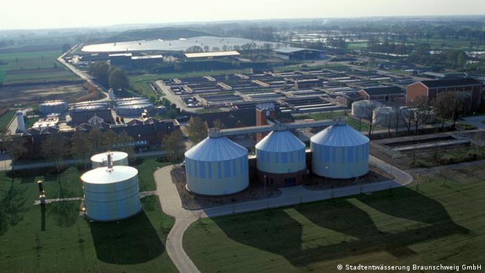 Planta de tratamiento de aguas Steinhof, en primer plano, los gasómetros.