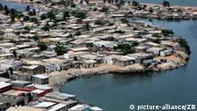 Die Landeshauptstadt Luanda liegt an einer Bucht des Atlantik (Foto vom 25.10.2006). Man sagt, Luanda sei das teuerste Pflaster in Afrika. Zu der Preisexplosion haben die internationalen Ölkonzerne beigetragen, die die Erdölvorkommen vor der Küste ausbeuten. Foto: Thomas Schulze +++(c) dpa - Report+++