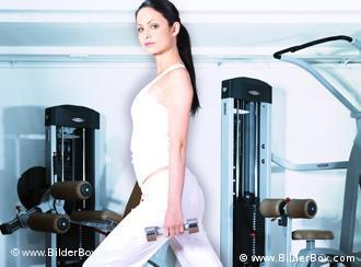 Молодая женщина в фитнес-зале