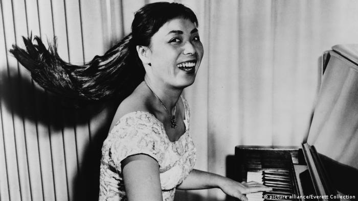 Toshiko Akiyoshi at the piano in 1958 (picture alliance/Everett Collection)