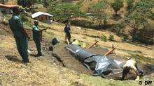 Bio Grenada / DW Männer am Berghang mit Biogasanlage