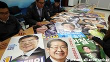 Presidential candidates' posters Officials check each candidate's poster for the May 9 presidential election at the Election Management Committee in Seoul on April 18, 2017. (Yonhap)/2017-04-18 16:46:04/ <Copyright _Ï 1980-2017 YONHAPNEWS AGENCY. All rights reserved.>   Keine Weitergabe an Wiederverkäufer.