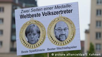 В Саксонии исследователи фиксируют высокую степень недоверия к властям и политикам. На плакате канцлер Ангела Меркель и ее конкурент от социал-демократов Мартин Шульц с подписью: Две стороны одной медали: Два лучших в мире умельца растаптывать народ. Фото с демонстрации 8 мая 2017 года в Дрездене