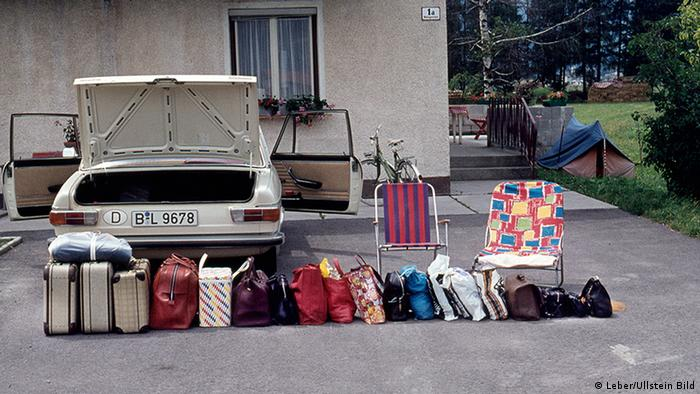 Suitcases behind a Mercedes (Photo: Ullstein Bild/Leber)