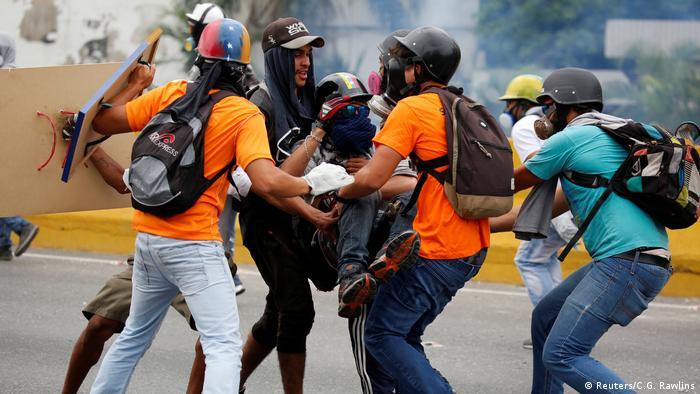 Dos jóvenes y un hombre de 33 años murieron después de ser heridos en las manifestaciones del lunes contra el Gobierno venezolano, con lo que se eleva a 42 la cifra de víctimas mortales en 6 semanas de protestas. (16.05.2017)