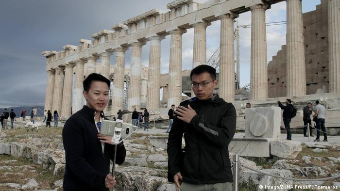 Griechenland Touristen Selfies (Imago/ZUMA Press/P. Tzamaros)