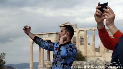 Griechenland Touristen Selfies (picture-alliance/NurPhoto/P. Tzamaros)