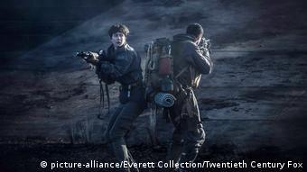 Filmstill Alien Covenant (picture-alliance/Everett Collection/Twentieth Century Fox): Zwei Akteure mit Gewehren