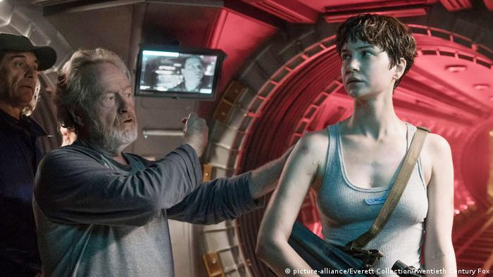 Ridley Scott und seine Hauptdarstellerin Katherine Waterston bei Dreharbeiten vor Kulissen