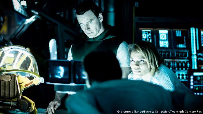 Filmstill Alien Covenant (picture-alliance/Everett Collection/Twentieth Century Fox): In der Kommandozentrale im Raumschiff mit Besatzungsmitgliedern