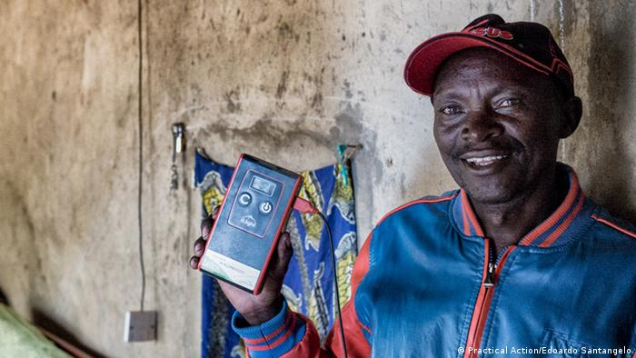 Practical Action | PPEO2017 | Kenya man and smart phone (Practical Action/Edoardo Santangelo)