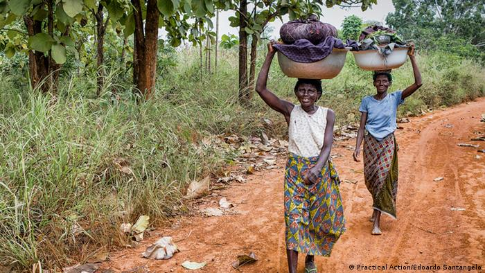 Practical Action | PPEO2017 | Togo women carrying loads (Practical Action/Edoardo Santangelo)