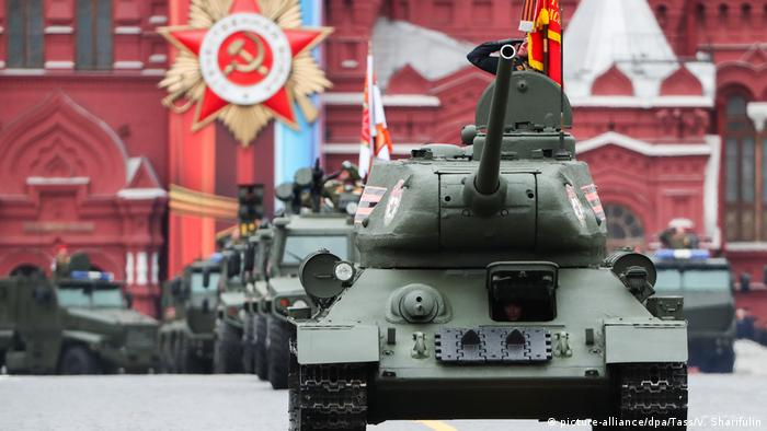 T-34 leading the way on Victory Day in March 2017 (picture-alliance/dpa/Tass/V. Sharifulin)