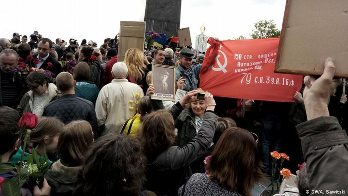 Красный флаг в руках участников акции 9 мая в Киеве
