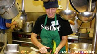 Junge Frau schneidet Gemüse. (Quelle DW/Christina Bergmann)