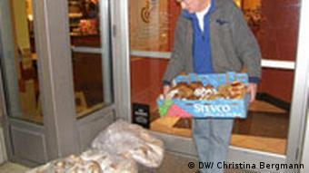 Der 75-jährige Campbell Graeub trägt Lebensmittel in einer Kiste. (Quelle DW/Christina Bergmann)