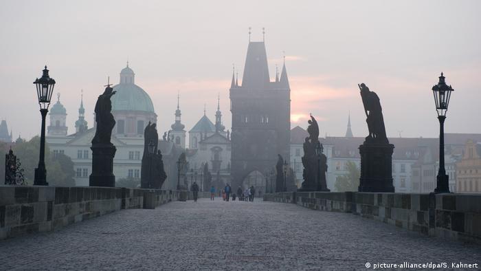 Tschechien Karlsbrücke in Prag (picture-alliance/dpa/S. Kahnert)