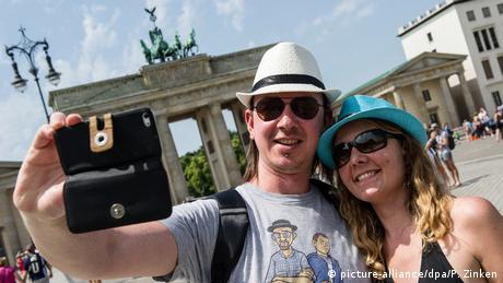 tourists take selfie at Breandenburg gate (picture-alliance/dpa/P. Zinken)