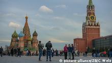 Zu Bildergalerie Instagram: beliebteste Sehenswürdigkeiten: Touristen stehen am 18.04.2016 in Moskau (Russland) vor der Basilius-Kathedrale und dem Kremle auf dem Roten Platz. Foto: Candy Welz/dpa | Verwendung weltweit
