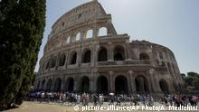 Zu Bildergalerie Instagram: beliebteste Sehenswürdigkeiten: A view of the Colosseum after the first stage of the restoration work was completed in Rome, Friday, July 1st, 2016. The Colosseum has emerged more imposing than ever after its most extensive restoration, a multi-million-euro cleaning to remove a dreary, undignified patina of soot and grime from the ancient arena, assailed by pollution in traffic-clogged Rome. (AP Photo/Andrew Medichini) |