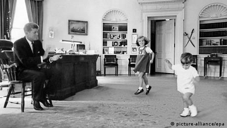 Der ehemalige US-Präsident John F. Kennedy spielt mit seinen Kindern im Weißen Haus (picture-alliance/epa)