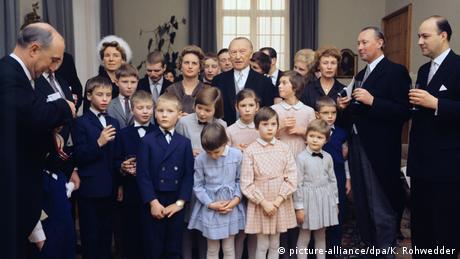 Konrad Adenauer im Kreise seiner Familie(picture-alliance/dpa/K. Rohwedder)