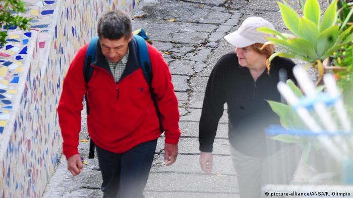 """Con el cargo de canciller y la presidencia del partido, Angela Merkel tuvo mucho trabajo durante los últimos años. Cuando """"solo"""" sea canciller podrá disfrutar más de su tiempo libre. Como aquí, con su esposo, el licenciado en Química Joachim Sauer, en la isla italiana de Isquia."""