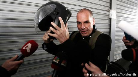 Yanis Varoufakis mit Motorradhelm (picture-alliance/dpa/Y. Kolesidis)