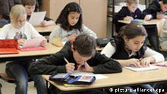 Schüler bei einer Klassenarbeit (Foto: Waltraud Grubitzsch/ dpa)