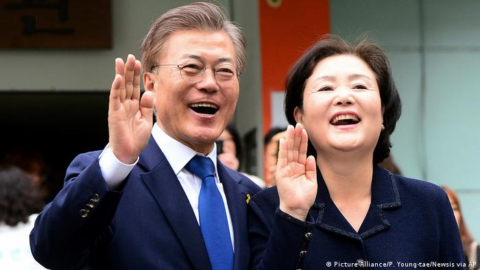 Moon Jae In mit Gattin (Picture-Alliance/P. Young-tae/Newsis via AP)