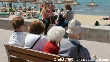 ARCHIV - Senioren sitzen auf einer Bank an der Playa de Palma in S'Arenal bei Palma de Mallorca und schauen auf das Meer und die Touristen am Strand, aufgenommen am 03.05.2016. Die Einkommen von Ruheständlern haben in den vergangenen drei Jahrzehnten im Durchschnitt stärker zugelegt als die jüngerer Altersgruppen. Foto: Jens Kalaene/dpa-Zentralbild/dpa +++(c) dpa - Bildfunk+++ | Verwendung weltweit