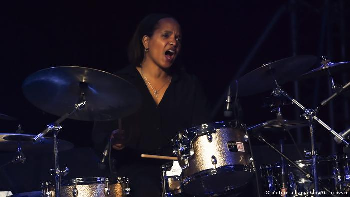Terri Lyne Carrington am Schlagzeug (picture-alliance/dpa/G. Licovski)