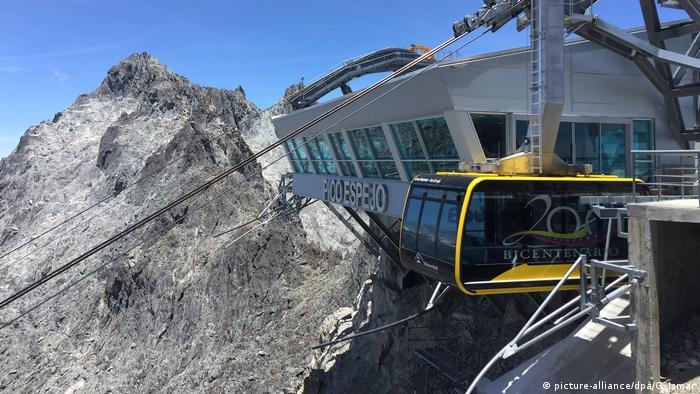 Este teleférico tiene una longitud de 12,5 kilómetros, y va desde la ciudad de Mérida hasta la cima de la montaña Espejo, en el Parque Nacional de Sierra Nevada, en los Andes venezolanos.
