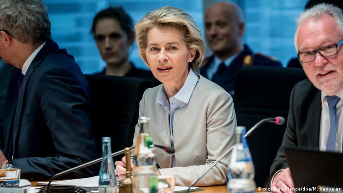 Deutschland Von der Leyen im Verteidigungsausschuss (picture-alliance/dpa/M. Kappeler)