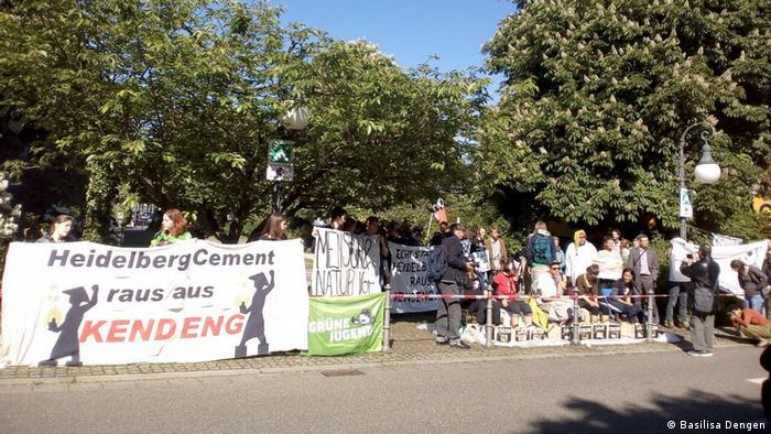 Deutschland Protest gegen HeidelbergCemen in Heidelberg (Basilisa Dengen)