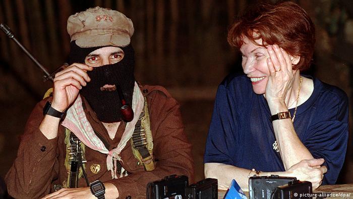 Danielle Mitterrand ao lado de um zapatista do Chiapas, no México