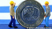 ILLUSTRATION - Zwei Miniaturfiguren, die Arbeiter darstellen sollen, stehen am Montag (20.06.2011) in Schwerin neben einer griechischen Euromünze. Die Länder mit der Euro-Währung bewegen sich in kleinen Schritten auf eine Rettung Griechenlands vor der Pleite zu. Private Gläubiger wie Banken könnten auf freiwilliger Basis eingebunden werden. Foto: Jens Büttner dpa/lmv +++(c) dpa - Bildfunk+++ | Verwendung weltweit