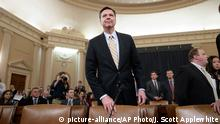 ARCHIV - Der FBI-Direktor James Comey kommt am 20.03.2017 zu einer Kongressanhörung in Washington (USA). Bei der Anhörung wurde über die mögliche russische Beeinflussung des US-Wahlkampfs 2016 und den Anschuldigungen von US-Präsident Trump über eine Abhöraktion gegen ihn gesprochen. (zu dpa Mit sofortiger Wirkung: Der jähe und späte Fall des James Comey vom 10.05.2017) Foto: J. Scott Applewhite/AP/dpa +++(c) dpa - Bildfunk+++ | Optimiert für mobile Angebote