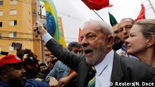 10.05.2017 *** Former Brazilian President Luiz Inacio Lula da Silva arrives at Federal Justice, with senator Gleisi Hoffmann (R) for a testimony in Curitiba, Brazil, May 10, 2017. REUTERS/Nacho Doce