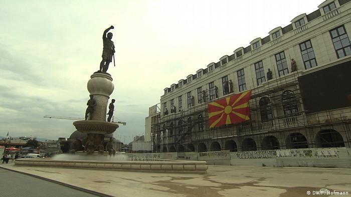 Rohbauten an zentralem Platz von Skopje