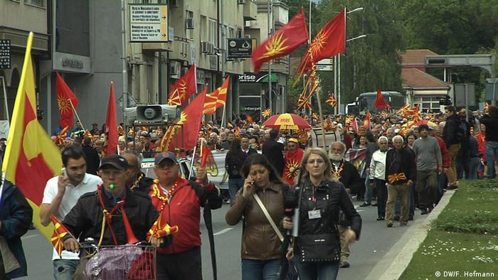 Demonstranten mit mazedonischen Fahnen in Skopje