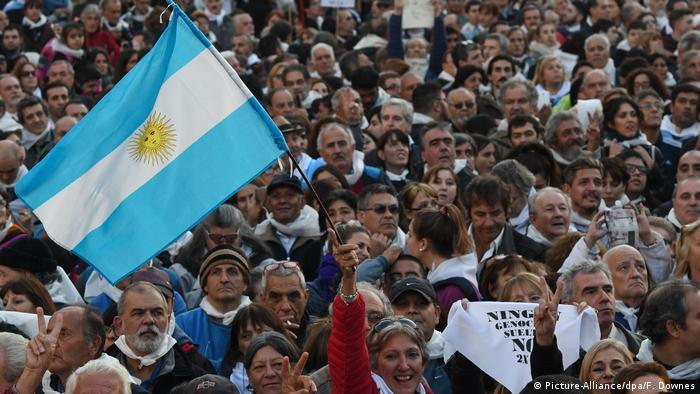 Demo gegen mildere Haftstrafen für Militärs in Argentinien (Picture-Alliance/dpa/F. Downes)