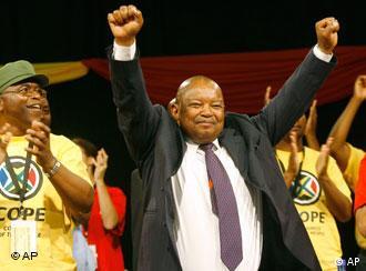 Mosiuoa Lekota ketika diangkat sebagai ketia partai baru COPE