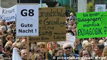 ARCHIV - Demonstranten halten am 26.04.2008 ihre Transparente in Nürnberg (Bayern) hoch. Die bayerischen Wähler dürfen möglicherweise über eine Teil-Rückkehr zum neunjährigen Gymnasium entscheiden: Die Freien Wähler (FW) haben die erste Hürde zu einem Volksbegehren genommen. Die nötigen 25 000 Unterschriften seien zusammen, sagte der Hauptinitiator und FW-Generalsekretär Michael Piazolo am 27.01.2014 in München. Foto: Armin Weigel/dpa +++(c) dpa - Bildfunk+++ | Verwendung weltweit