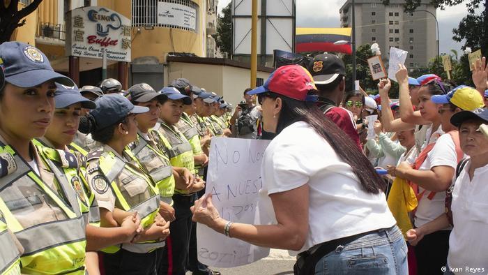Mujeres policías impiden el paso a manifestantes